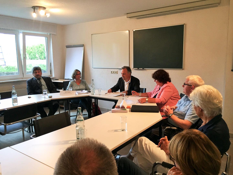 Foto zeigt v.l.n.r. Roland Matzker, Karin Racke, Josha Frey, Bärbl Mielich, Georg Schenk und weitere Gäste