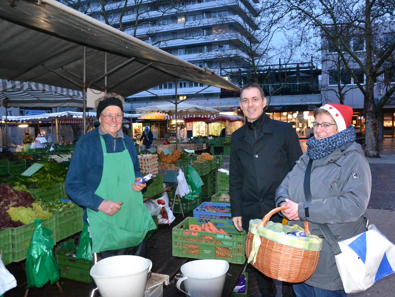 Nikoläuse auf dem Lörracher Wochenmarkt - meinWiesental.de / Kommunales